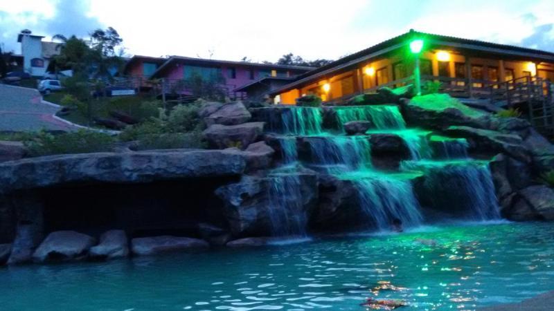 Cachoeira à noite